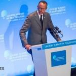 Hagati yo kurwanya ubukene no kubaka demokarasi Kagame ahitamo iki?