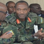 Brig Gen Eric Murokore aganira na Maj Gen Mubaraka Muganga/umuseke.rw